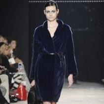10 самых роскошных платьев из меха для этой зимы: необычное решение