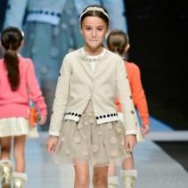 Женственная зима: стильные теплые платья для девочек